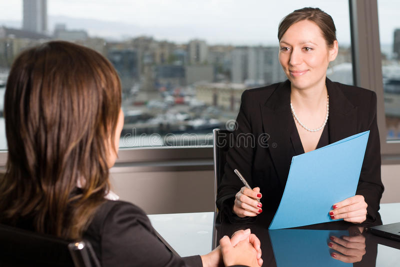 Duas mulheres que têm uma conversa do trabalho foto de stock