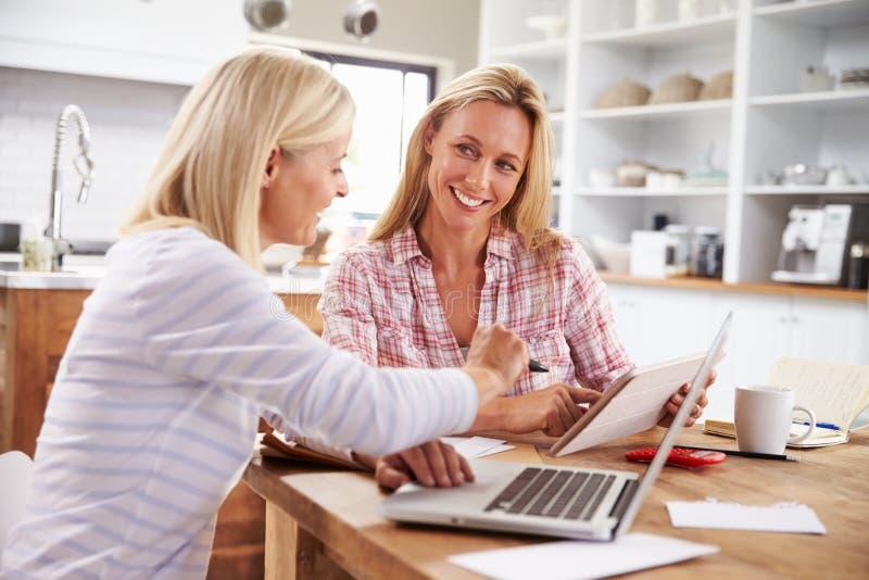 Duas mulheres que trabalham junto em casa fotografia de stock royalty free