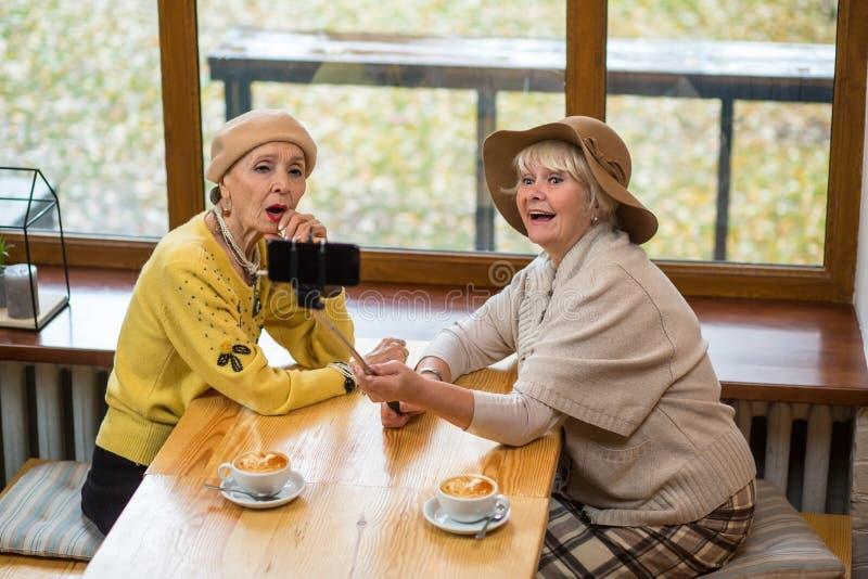 Duas mulheres superiores que tomam o selfie foto de stock royalty free
