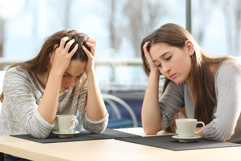 Duas mulheres tristes em uma cafetaria imagens de stock royalty free