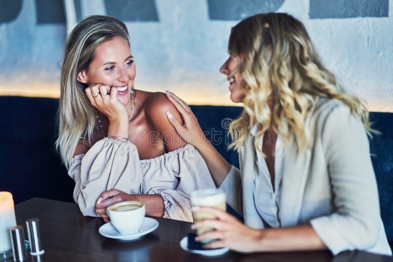 Duas namoradas que comem o almoço no restaurante foto de stock