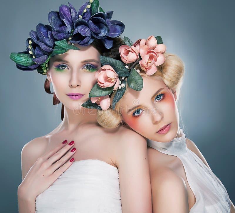 Duas ninfas graciosas - brunette e blonde encantadores fotografia de stock
