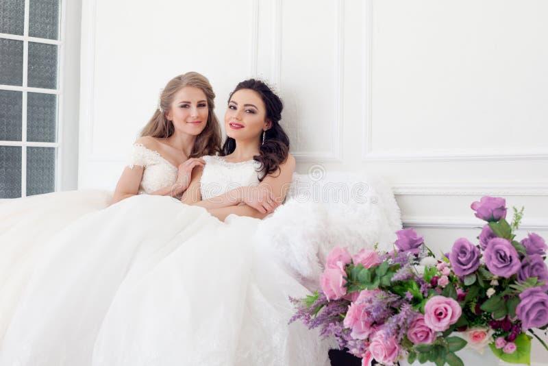 Duas noivas na amiga moreno loura do casamento do casamento fotos de stock