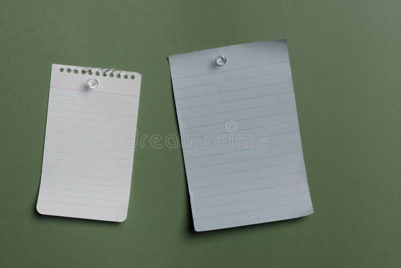 Duas notas em branco pined fotografia de stock