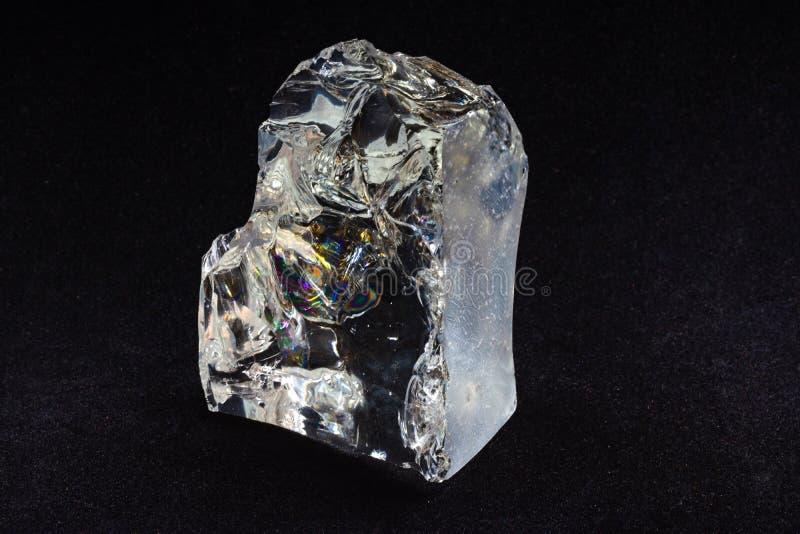 Duas partes brilhantes transparentes de vidro quebrado no veludo preto imagem de stock royalty free