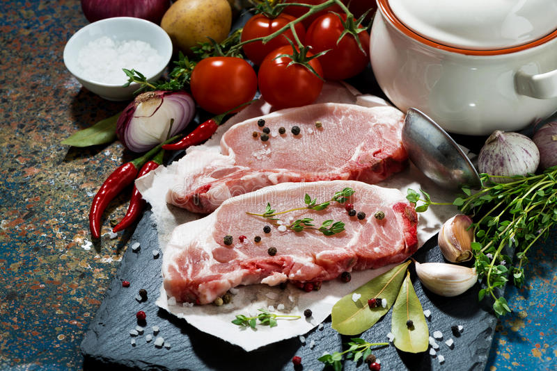 Duas partes de carne de porco e de ingredientes crus para a sopa fotos de stock
