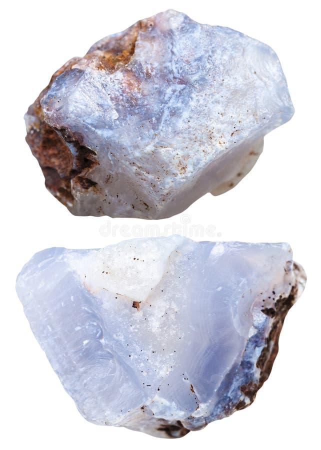 Duas partes de cristal azul da calcedônia isolado imagens de stock