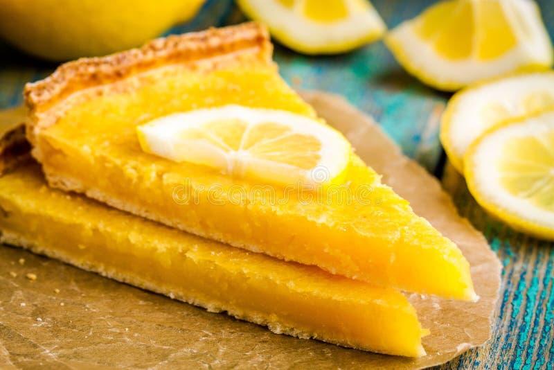 Duas partes de galdéria do limão com fatia de close up dos limões imagens de stock royalty free