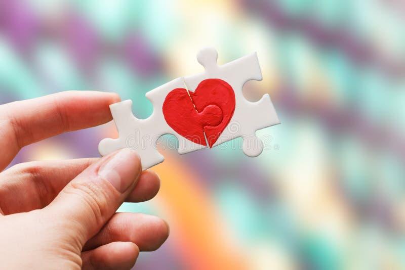 Duas partes de um enigma com coração fotografia de stock