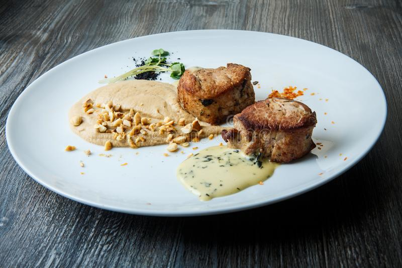 duas partes saborosos de carne grelhada com puré e molho fotografia de stock royalty free
