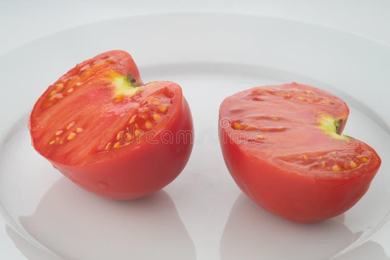Duas peças da metade do tomate vermelho imagens de stock royalty free