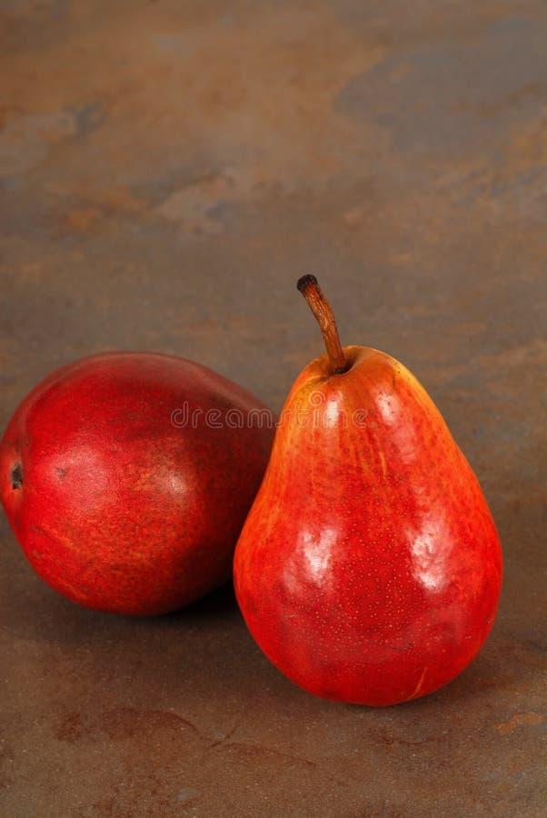 Duas peras de bartlett vermelhas orgânicas frescas imagem de stock