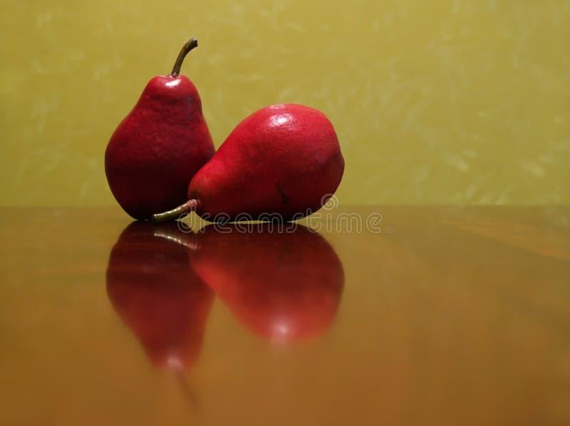 Duas peras vermelhas imagens de stock