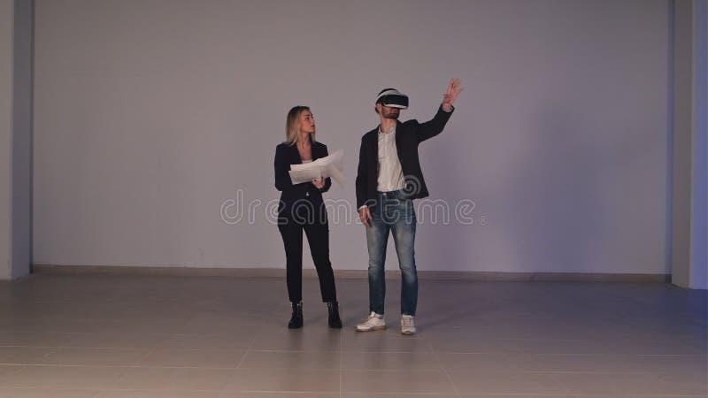 Duas pessoas do negócio que desenvolvem o projeto de construção usando vidros da realidade virtual fotografia de stock royalty free
