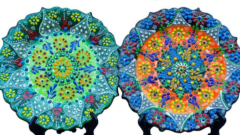 Duas placas coloridas bonitas com a flor turca tradicional ornamentado, isolado no fundo branco fotos de stock