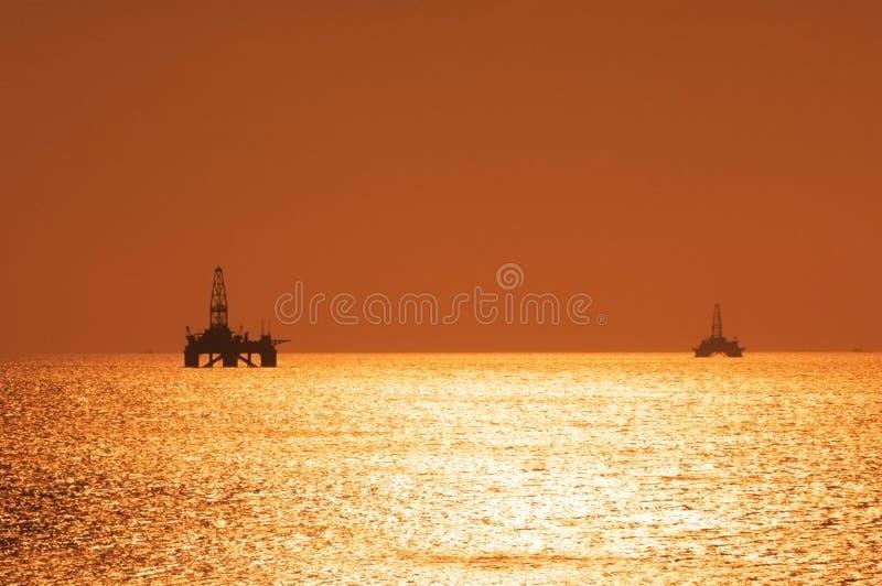 Duas plataformas petrolíferas a pouca distância do mar durante s fotos de stock