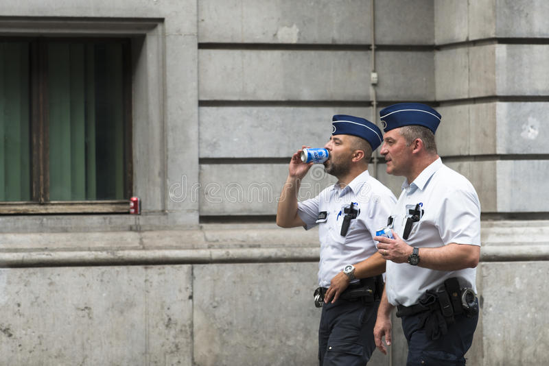 Duas polícias andam fotos de stock