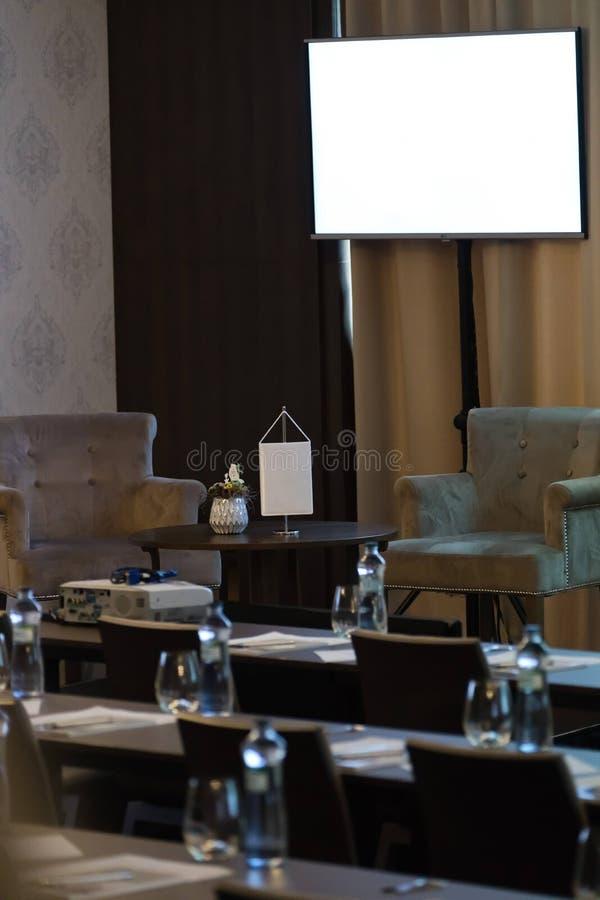 Duas poltronas sejam tabela do orador na sala de confer?ncias luxuosa antes do semin?rio imagens de stock