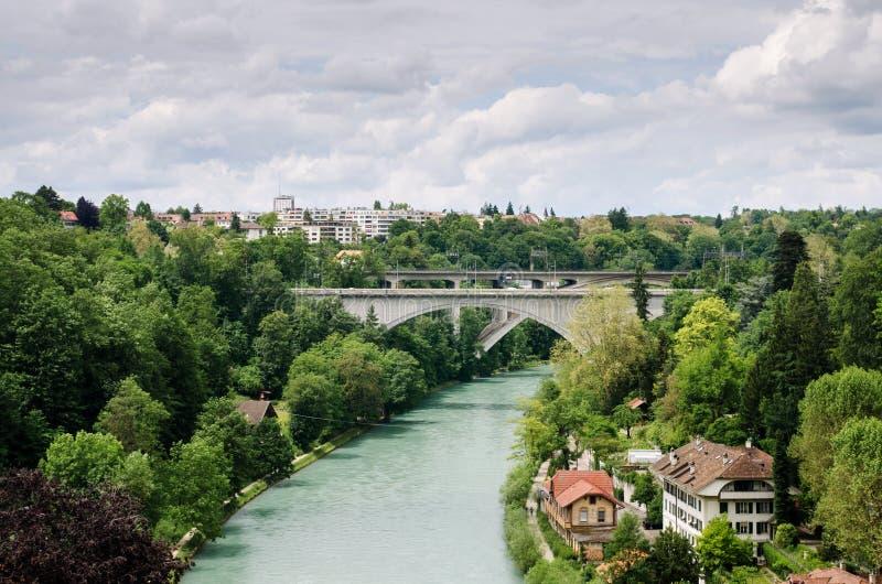 Duas pontes acima do rio, da estrada de ferro e do viaduto de Aare em Berne - cidade do tesouro do mundo imagens de stock royalty free