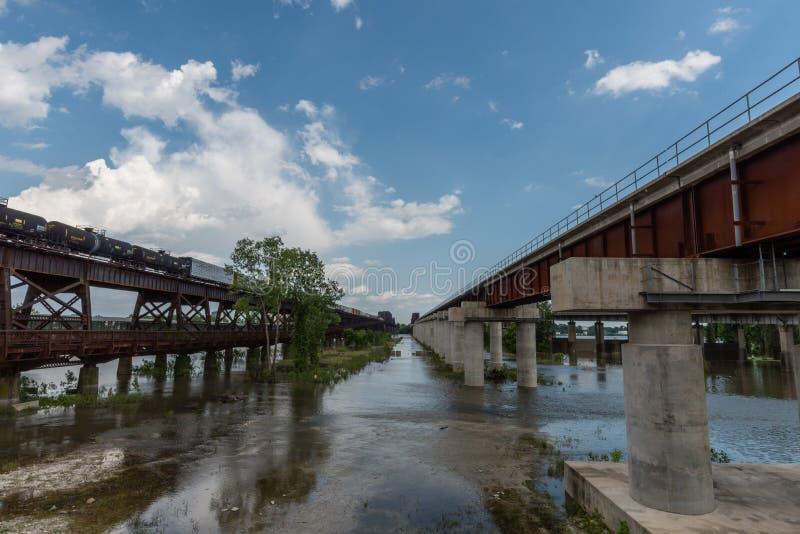 Duas pontes sobre o rio Mississípi em Memphis na primavera foto de stock royalty free
