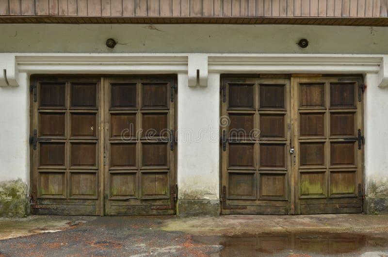 Duas portas de madeira resistidas velhas da garagem fotografia de stock royalty free