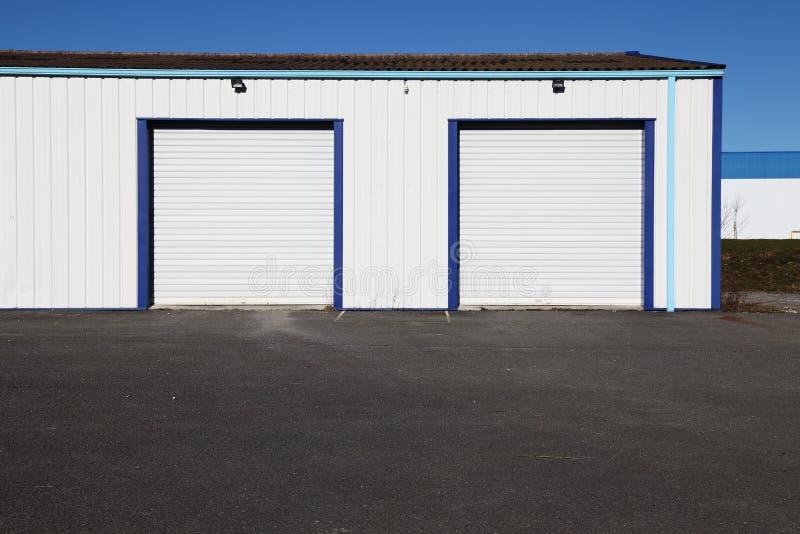 Duas portas industriais brancas da garagem foto de stock royalty free