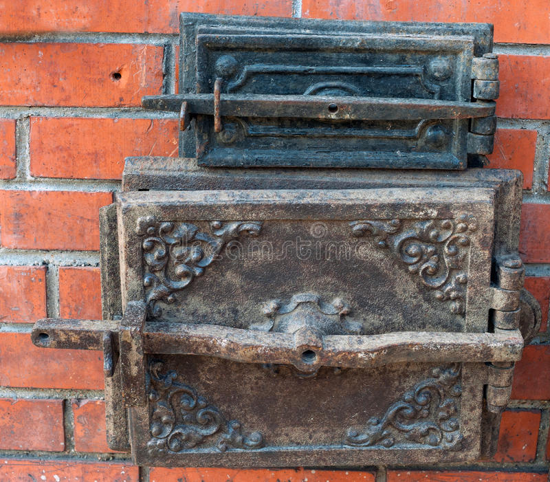 Duas portas velhas fechados da fornalha fotografia de stock royalty free