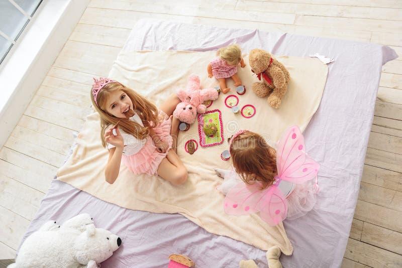 Duas princesas alegres que jogam na bolo-luta foto de stock royalty free