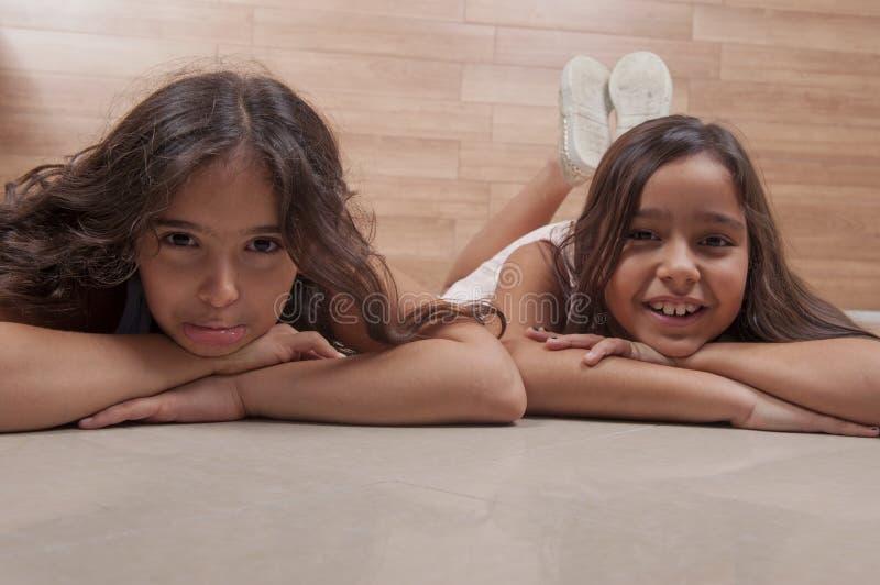 Duas raparigas imagem de stock