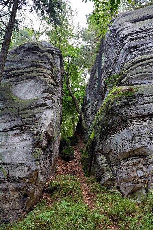 Duas rochas com espaço e inclinação moeram entre eles em Checo fotografia de stock