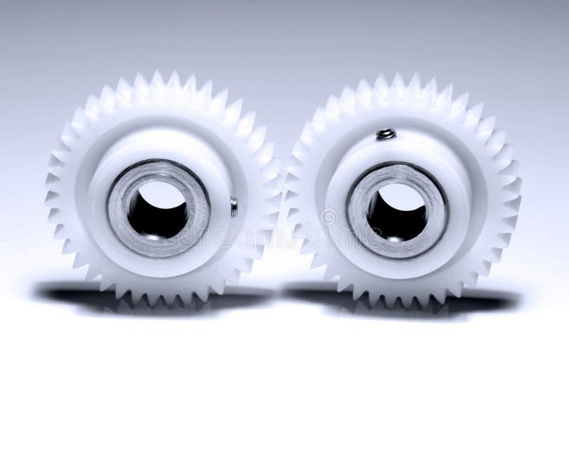 Duas rodas denteadas no branco fotografia de stock royalty free