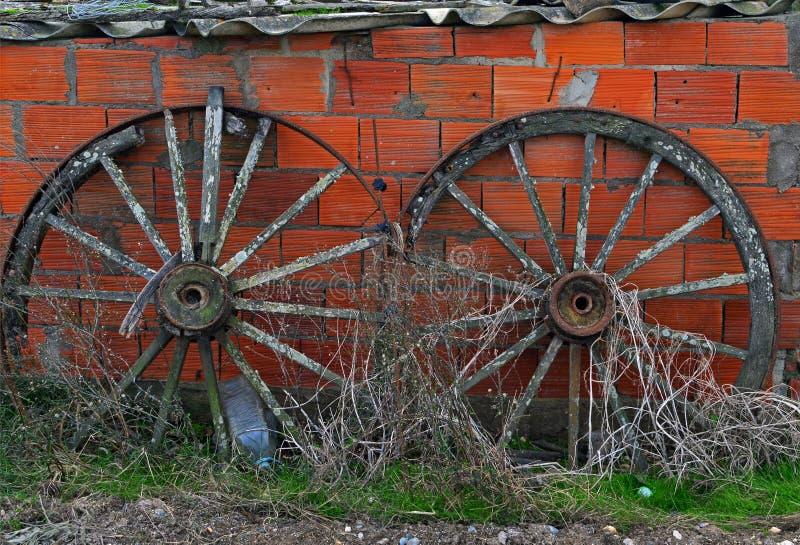 Duas rodas muito velhas foto de stock royalty free