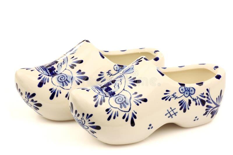 Duas sapatas de madeira azuis cerâmicas holandesas de Delft fotos de stock