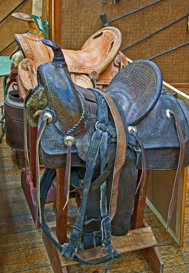Duas selas de couro retros do cavalo imagens de stock royalty free