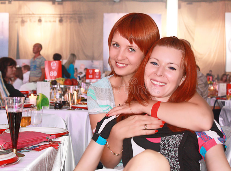 Duas senhoras consideravelmente novas que flertam. fotos de stock