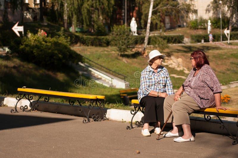 Duas senhoras idosas no parque foto de stock