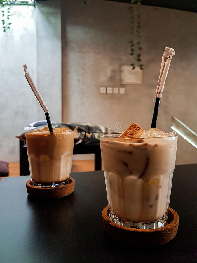 Duas taças de café de biscoito rum regal fotos de stock