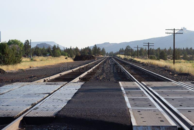 Duas trilhas da estrada de trilho que arrastam na distância em Oregon perto de Smith Rock imagem de stock