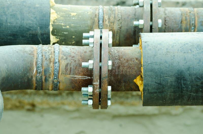 Duas tubulações soldadas com parafusos e o ascendente próximo da isolação foto de stock
