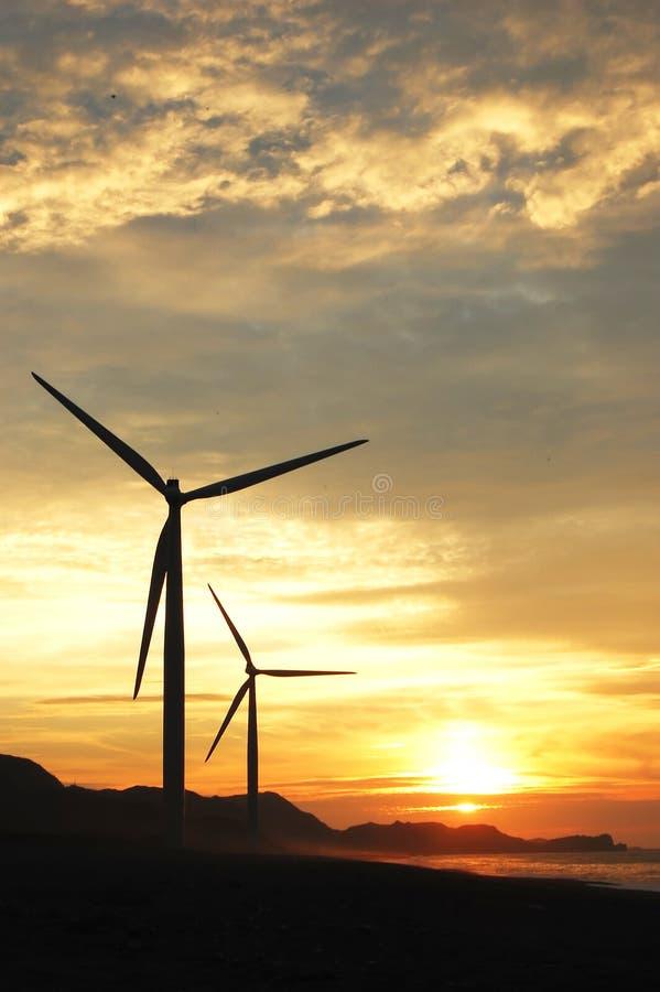 Duas turbinas de vento no crepúsculo fotografia de stock royalty free