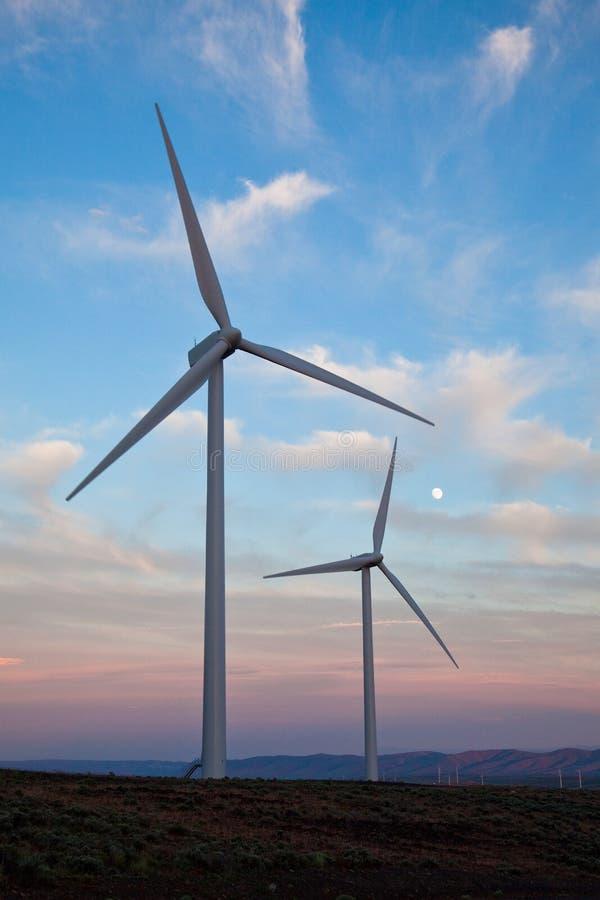 Duas turbinas de vento no por do sol fotos de stock