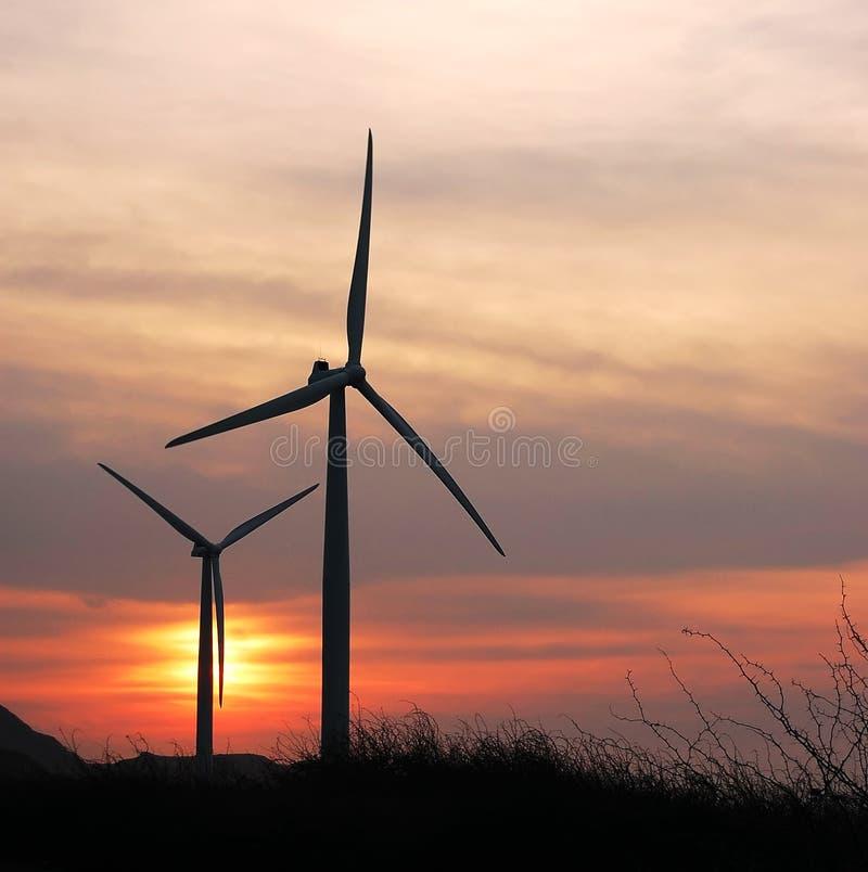 Duas turbinas um crepúsculo foto de stock