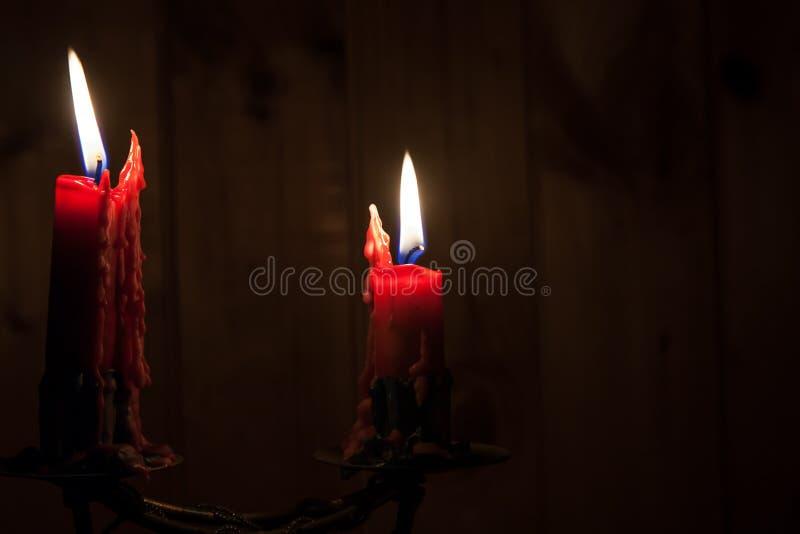 Duas velas ardentes na obscuridade imagens de stock royalty free