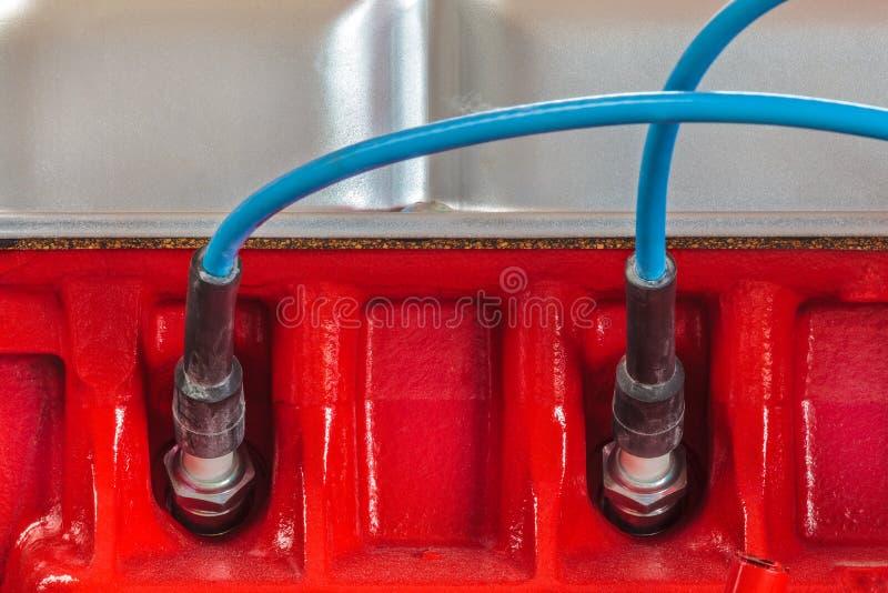 Duas velas de ignição em um motor de automóveis novo foto de stock