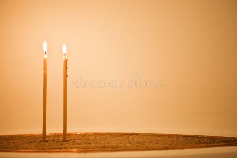 Duas velas na areia fotografia de stock