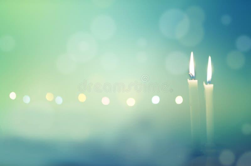 Duas velas na noite escura imagem de stock royalty free