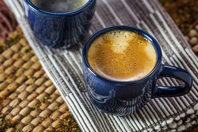 Duas xícaras de café azuis fotografia de stock royalty free