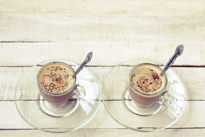 Duas xícaras de café do cappuccino com migalhas do chocolate imagem de stock royalty free