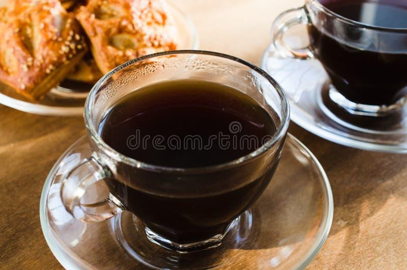 Duas xícaras de café e tortas Conceito do bom dia fotografia de stock royalty free