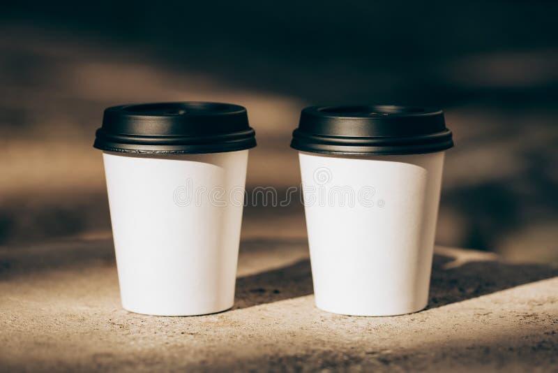 Duas xícaras de café a ir imagens de stock